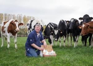 Michel Ernault présente ses produits dans un pré avec ses vaches