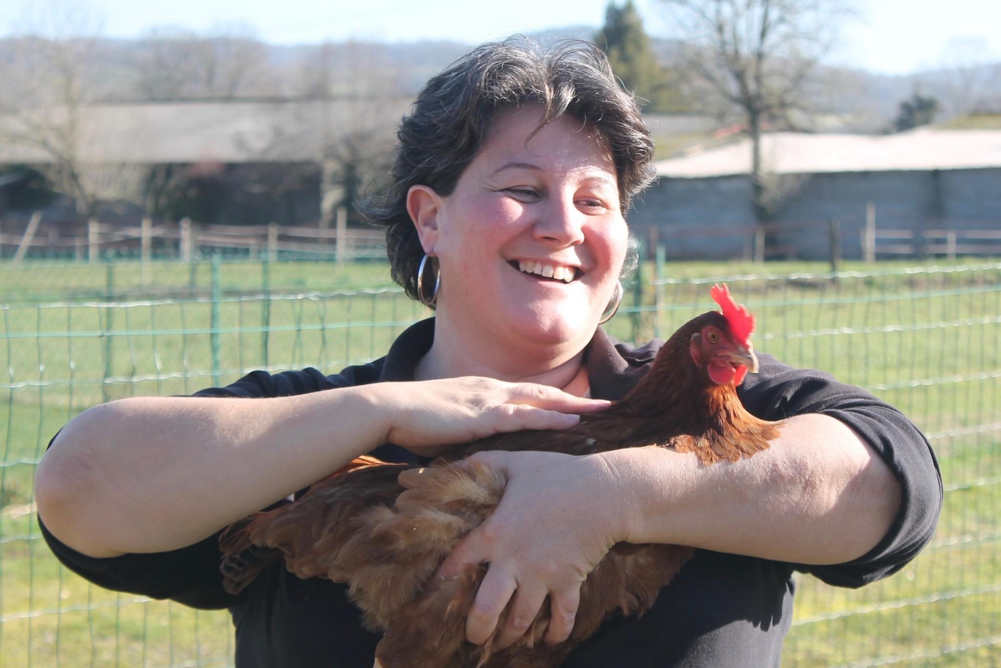 Sandrine Flament avec une poule