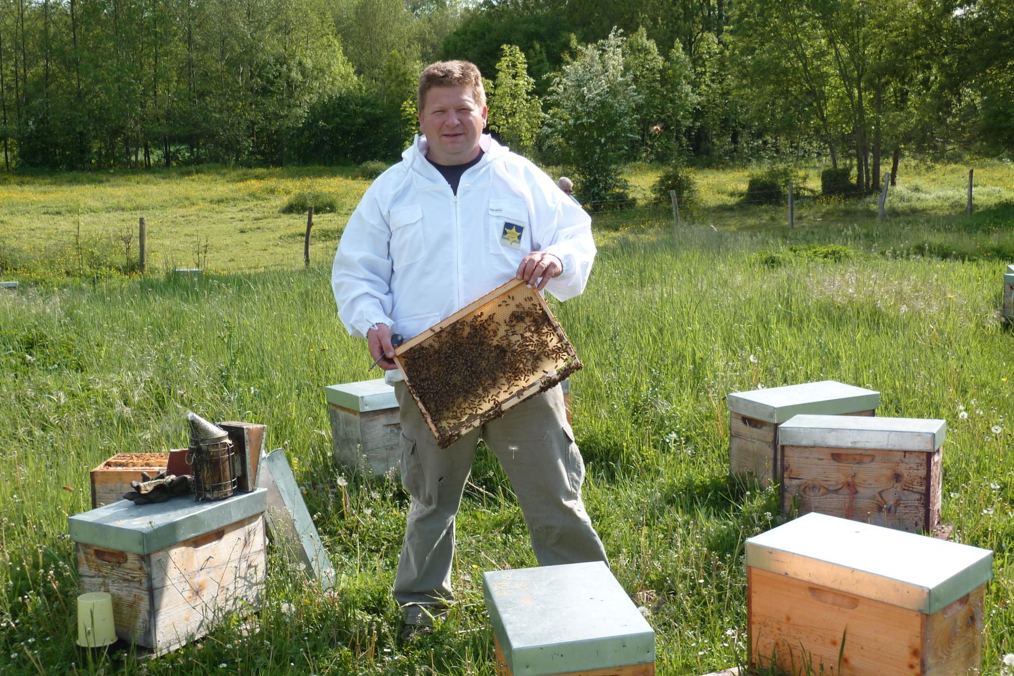 Sébastien Véron avec ses ruches